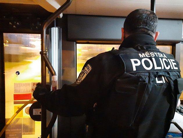 Městská policie ve spolupráci sDP Mladá Boleslav kontrolují nošení respirátorů vautobusech.