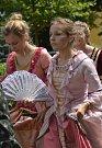 Navzdory horkému a dusnému sobotnímu počasí vyrazilo do ulic Kosmonos procesí v dobových barokních kostýmech, které tak připomnělo 330 let od založení tamní piaristické koleje.