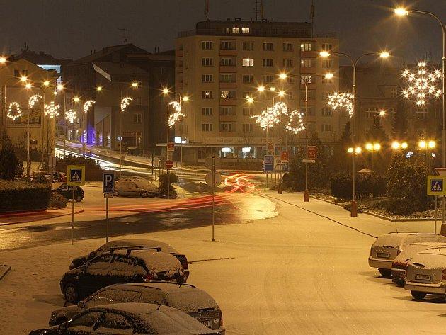 První sníh v ulicích Mladé Boleslavi na náměstí Míru.