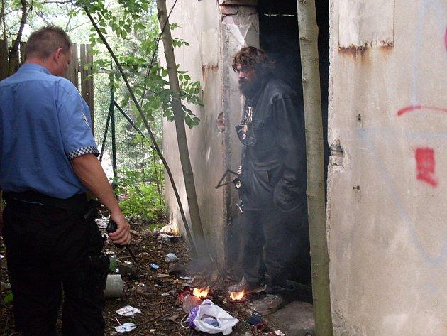 Bezdomovec pálil v garáži kabely
