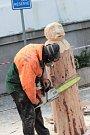Před Městským divadlem se před nedávnem konalo již druhé Adventní dřevosochání postav do Betléma.