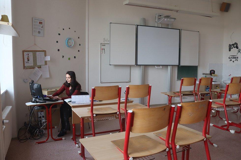 Distanční výuka na 2. základní škole probíhá přímo ze tříd - učitelka ČJ a dějepisu Veronika Brejchová