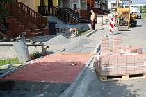 Oprava chodníků v ulici za Vodojemem v Bělé pod Bezdězem.