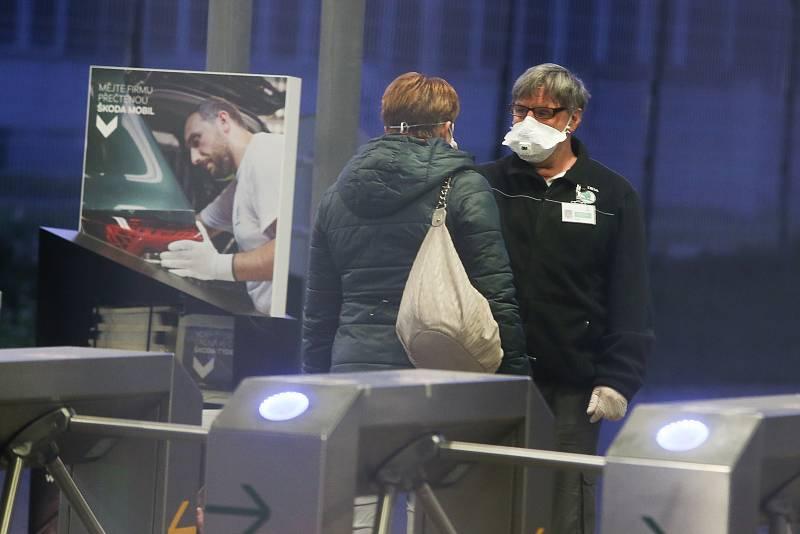 Zaměstnanci Škody Mladá Boleslav přicházejí v pondělí 27. dubna před šestou ráno do práce, po odstávce způsobené epidemií nového typu koronaviru.