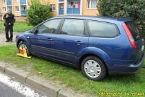 Řidič si zaparkoval klidně na trávě