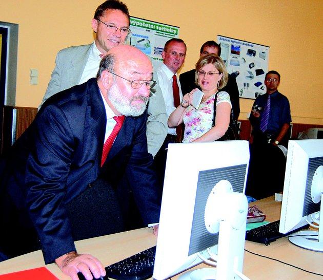Prezident Ředitelství inspekce a školských služeb Josef Peter Mertes (vpředu) v počítačové učebně.