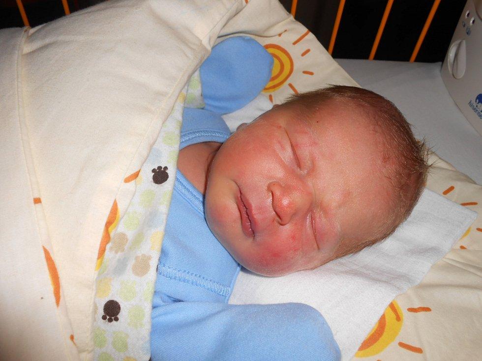 PATRIK Christov se narodil 1. ledna s mírami 3,36 kilogramů a 49 centimetrů. Domů do Kolomut si ho odveze maminka Jana a tatínek Lukáš.
