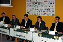 Smlouvu o spolupráci podepsali odleva: Jaromír Šindel, Cyril Suk, Jan Plachý, Petr Dědek a Aleš Kmoníček.
