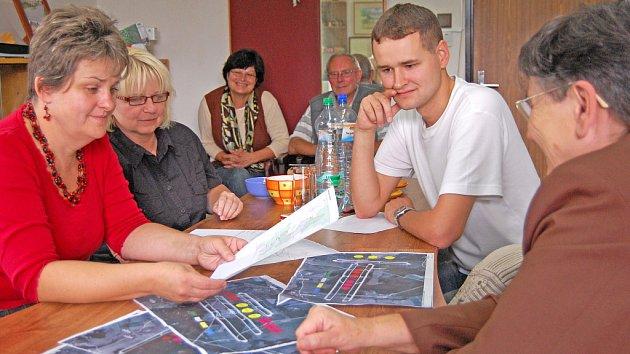 Starostka Všejan Zuzana Nekovářová (zcela vlevo) při jednání na obecním úřadě se starosty okolních obcí a dalšími obyvateli měst a obcí.