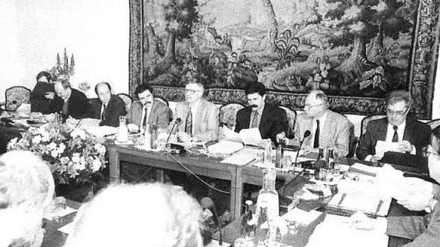 Zasedání vlády. Snímek z učebnice Vlastivědy pro 4. až 5. ročník, vpravo na fotografii Jaromír Patočka.