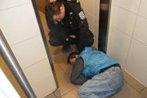 Bezdomovec na záchodcích