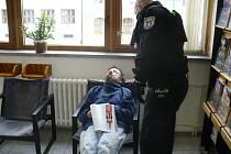"Znavený ""čtenář"" nahlas chrápal, vzbudili ho až strážníci"