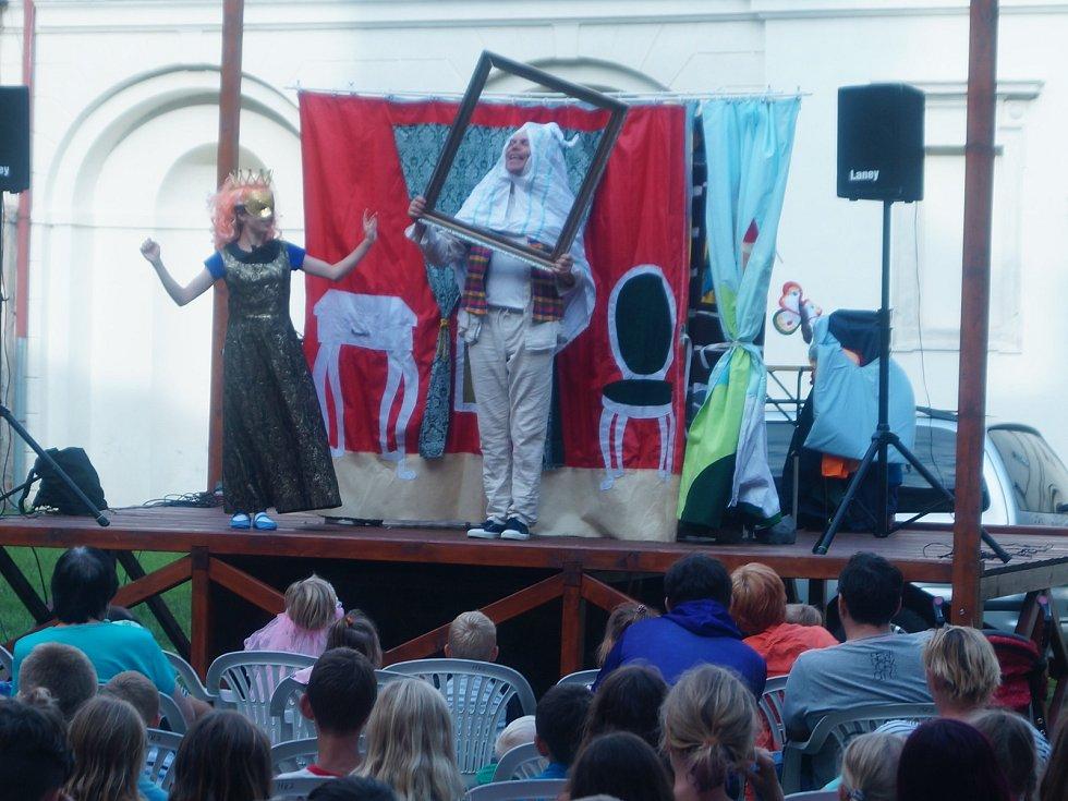 Koula z Kocoura přijel zahrát pohádku O Sněhurce.
