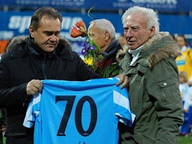 Prezident FK Mladá Boleslav Josef Dufek (vlevo) předává dres Jiřímu Macháčkovi