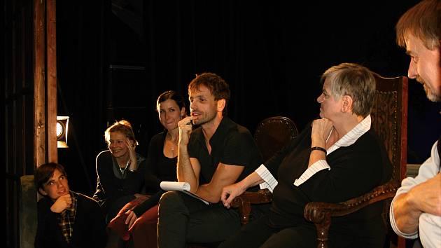 Herci se účastníkům setkání představili zatím v civilu
