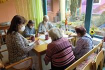 Domovy seniorů se pomalu probírají z noční můry jménem covid