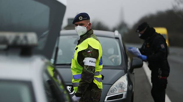 Smíšená hlídka policie a armády na checkpointu na silnici 1/38 před odbočkou na Kaňk v úterý 2. března.