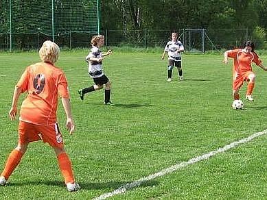 Fotbalistky Mnichova Hradiště (v oranžovém) nasázely do sítě Mělníka jedenáct branek