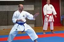Ladislav Mareš (vlevo) reprzentoval Auto Škodu na šampionátu v karate v kategorii Masters