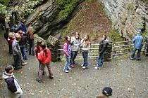 Žácí bělské základní školy při prohlídce nádherné švýcarské přírody.