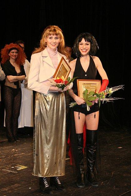 Petra Nakládalová (vlevo) a Veronika Kubařová. Vítězky kategorie Herečka roku.