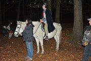 Mateřské centrum Rybička spojilo v sobotu v lesoparku Štěpánka poutavé vyprávění Martina na bílém koni spolu s lampionovým průvodem.