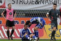 Penaltový faul Václava Kaliny na Goce Toleskyho v zápase Olomouc - Mladá Boleslav
