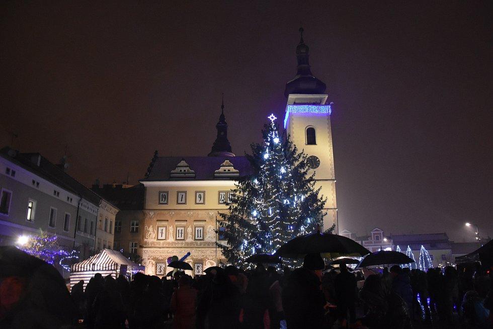 Rozsvěcení vánočního stromu se konalo první adventní neděli na Staroměstském náměstí v Mladé Boleslavi.