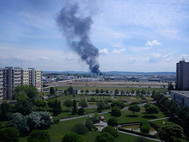Černý dým se nesl při požáru nad areálem Škody Auto v Mladé Boleslavi.