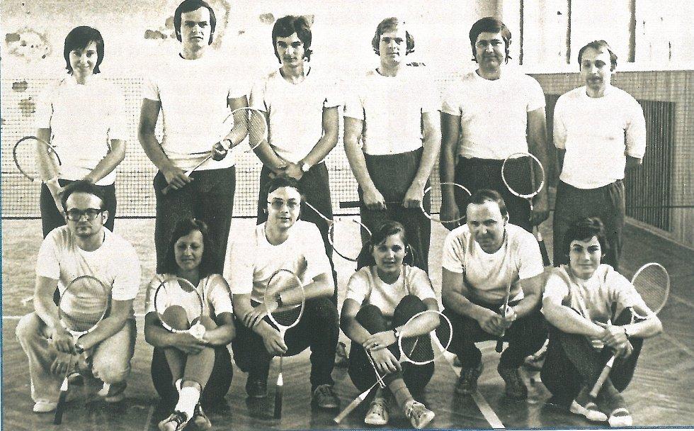 Jedni z prvních členů benáteckého badmintonového klubu. Odshora vlevo: Helisová, Martinec, Mertin, Pokorný, Kalkuš, Keller, dolní řada zleva: Kasal, Slavélpvá, Pulda, Vidnerová, Pachovský, Mertinová