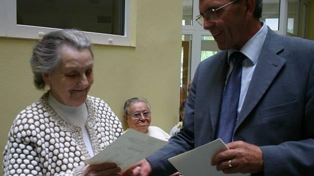 Hradišťský starosta Jaroslav Myška při včerejší oslavě předával pamětní list těm obyvatelům Domu s pečovatelskou službou, kteří před deseti lety byli jeho prvními obyvateli.