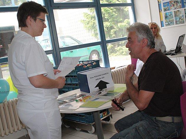 OLGA ŽERNOSEK, vedoucí lékařka Ambulance závislosti na tabáku radí jednomu z budoucích pacientů.