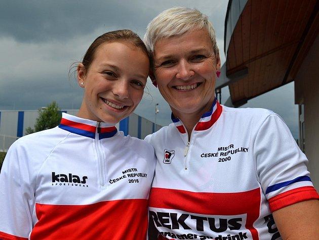 Kateřina a Jana Hladíkovy zMladé Boleslavi - mistryně České republiky vcross country, nebo-li vterénním závodě na horských kolech.