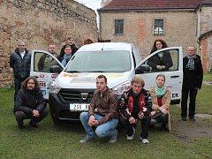 S VÁNOČNÍM DÁRKEM, na který se složilo osmatřicet podnikatelů. U auta zapózoval ředitel Oldřich Čapoun (vlevo sedící) i odborný ředitel Jan Suchlík (vpravo u dveří v šále).