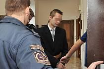 Mladík obviněný z vraždy ženy v Sojovicích na Mladoboleslavsku před soudem.