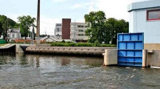 VODA. Jez na řece Jizeře u mladoboleslavského vývojového střediska Česana.