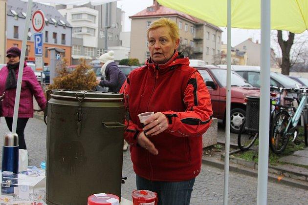 Helena Šádková na jarmarku nalévala svařák a vybírala tak peníze na charitu