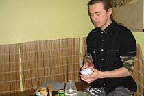 Radovan Křížek při přípravě čaje.
