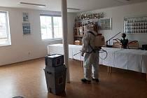 Z dezinfekce volební místnosti v Benátkách nad Jizerou.