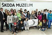 Děti z dětského domova Krnsko na návštěvě ve Škodě Auto.