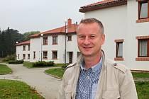 Josef Povolný v areálu dětského domova. O domečky se starají samy děti. Při naší návštěvě měly uklizeno dokonale.