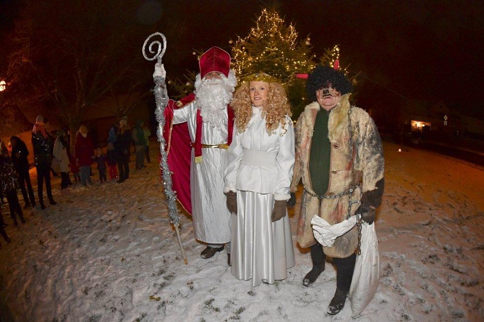 Rozsvícení vánočního stromečku s mikulášskou nadílkou v Kolomutech.