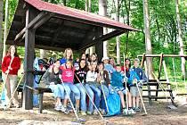 Žáci základní školy se postarali o úklid lesoparku Dolec. Nově tam přibyl i přístřešek.