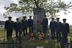 Doubravští hasiči chodí pravidelně klást květiny k pomníku padlých.