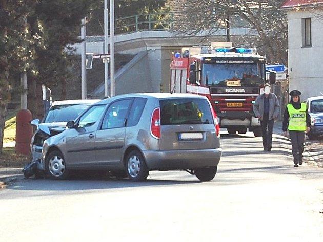 Nehoda dvou osobních vozidel v Podlázkách.