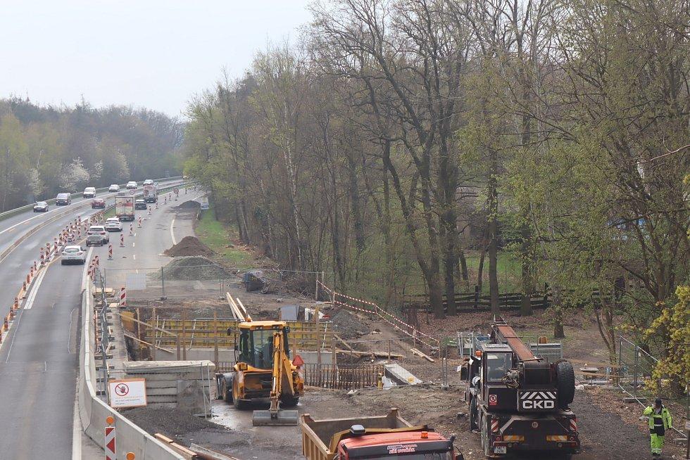 Oprava mostu a s tím spojené zúžení na dálnici D10 mezi Prahou a Mladou Boleslaví - na úrovni sjezdu ke Staré Boleslavi.
