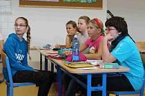 ŠKOLÁCI VĚNOVALI pozornost anglicky mluvícímu lektorovi.