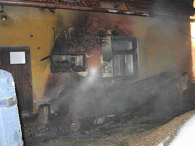 Následky požáru, který způsobilo nedbalé vysypání horkého popelu