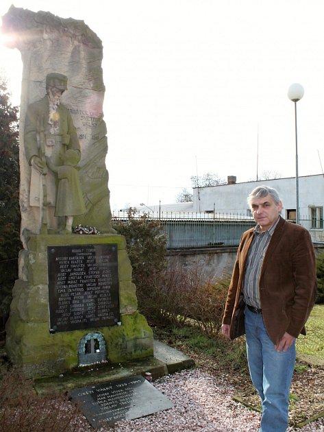 Starosta Jiří Navrátil před pomníkem Obětem 1.a 2.světové války uobecního úřadu. Pomník by se vpříštím roce měl dočkat rekonstrukce. Vposlední době byla narušena jeho statika