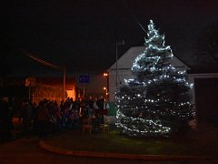 Na Chloumku u Mladé Boleslavi se vánoční stromeček rozsvítil v neděli v 17 hodin.